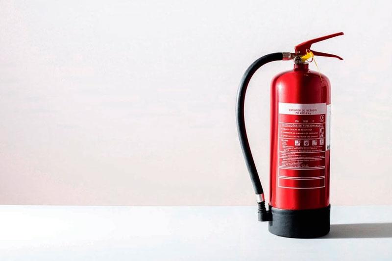 Todos los componentes de un extintor